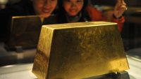 A couple admire the world's largest solid gold brick weighing 220kg, at the Jinguashi Gold Museum in Ruifang, Taipei county, on December 2, 2009. Hong Kong gold prices closed higher at 1,213.00-1,214.00 USD an ounce, up from a previous close of 1,188.00-1,189.00 dollars.  AFP PHOTO / Sam YEH (Photo credit should read SAM YEH/AFP/Getty Images)